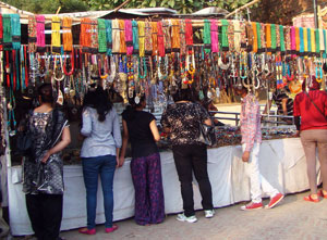 jewellery shop at Delhi haat-people- purchasing