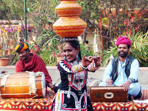 woman-folk-dancers-performing-dance-india
